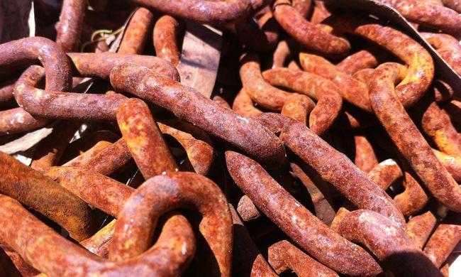 Egy tonna illegális fémhulladékot találtak egy Pest megyei telepen