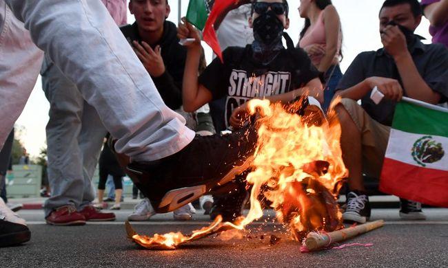 Tojással és üvegekkel dobálták meg az elnökjelölt támogatóit