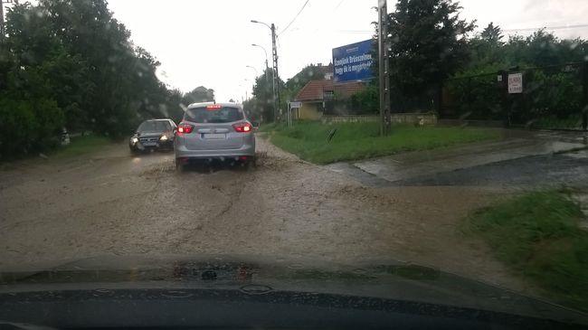 Komoly vihar tombol a fővárosban, közlekedni is alig lehet - képek!