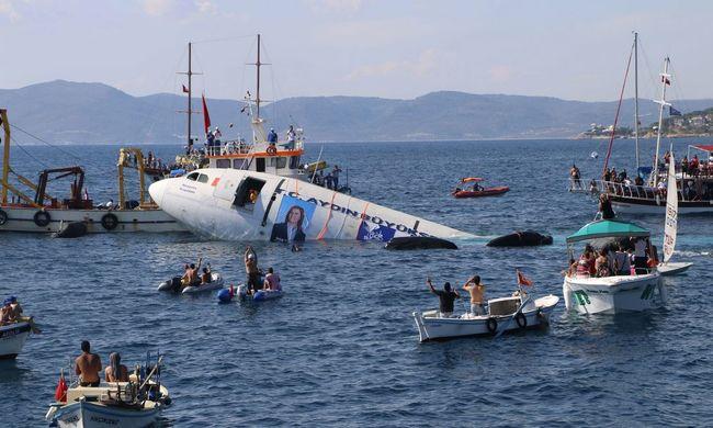 Az Égei-tengerbe süllyesztettek egy utasszállítót