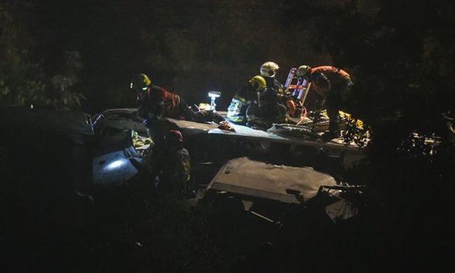 Sokkoló baleset: Tehervonatba rohant egy személyvonat, 3 halott, fotóval