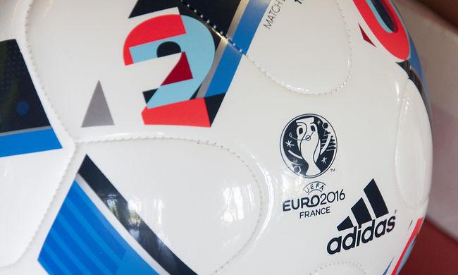 A meccs kezdete előtt átmásztak a kordonon a magyarok - videó