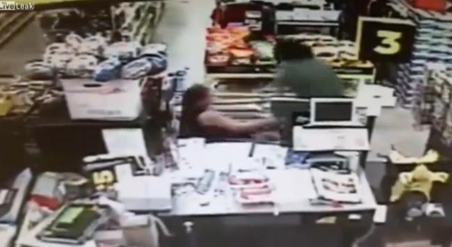 Anyja rángatta ki a lányt az emberrabló kezéből a bolt közepén - videó