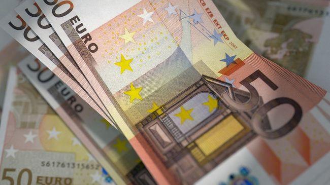 7 ezer eurót dobtak ki egy autóból