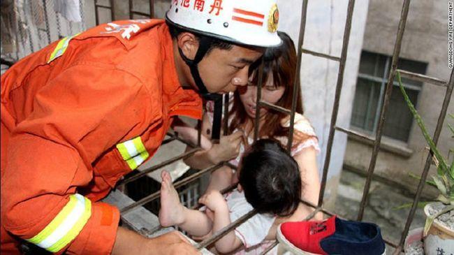 Nyakánál fogva lógott az erkélyről a 3 éves kislány