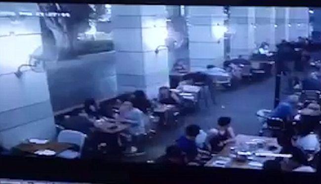 Felvette a kamera ahogy terroristák lövöldöznek az étteremben, itt vannak a felvételek