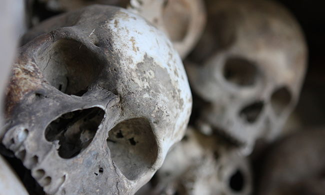 Brutális gyilkosság: gumiabroncsokkal együtt égették el a testeket