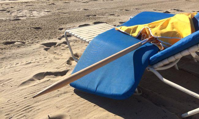 Szélben repülő napernyő szúrt át egy nőt a strandon