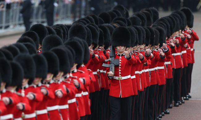 Utcabállal és katonai parádéval ünnepli 90. születésnapját II. Erzsébet