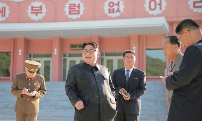 Kim Dzsong Un cigarettázik, miközben dübörög a dohányzásellenes kampány - fotó