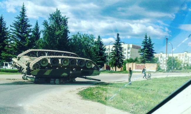 Feje tetejére borult egy tank az utcán Oroszországban - videó