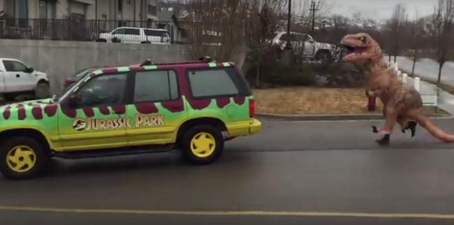 Szórakoztató videó: dinoszaurusz kergette meg a Jurassic parkos autót