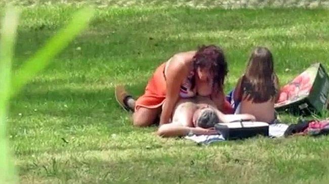 Megdöbbentő videó: a gyerekük mellett szexeltek egy parkban