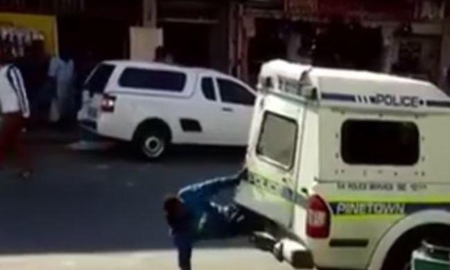 Videó: így kell megszökni a rendőrautóból