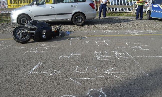 El akarta kerülni az ellenőrzést a motoros, de elesett, és a rendőrautónak csapódott