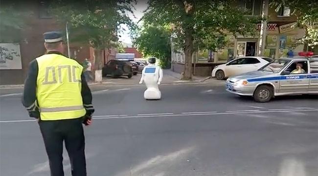 Megszökött egy robot a tesztről, dugót okozott - videó