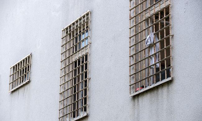 Bevallotta: szexre kényszerítette a rabokat a börtönőr