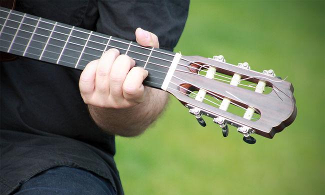 Tragikus körülmények között hunyt el a zenész: rendőrök találtak a világhírű gitáros holttestére