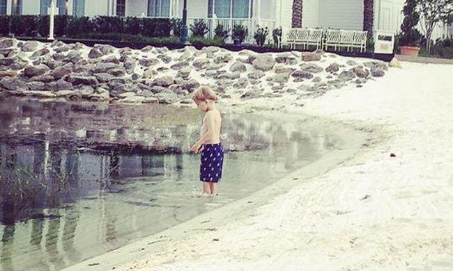 Hátborzongató fotó: 1 órával azelőtt is játszott egy gyerek a parton, hogy a kisfiút elragadta az aligátor