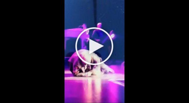 Sokkoló videó! Koncert közben esett össze a világhírű énekes!