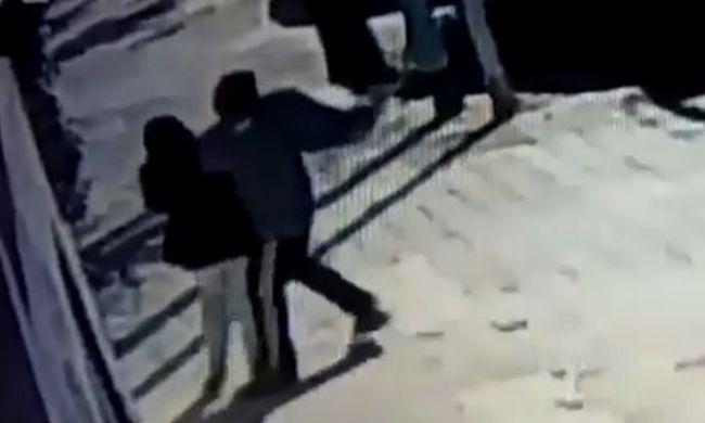 Anyja karjából próbálta kitépni a kisbabát egy férfi az utcán - videó