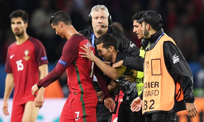 Megmentett egy szurkolót Cristiano Ronaldo - videó