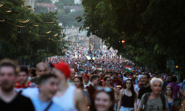 Izzik a város, több ezren tombolnak az utcákon: ilyen most Budapest a továbbjutás után - képgaléria!