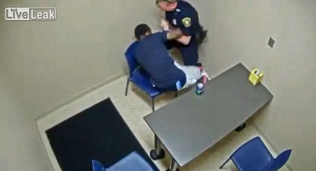 Ölj meg! - ordította, és megragadta a rendőr pisztolyát