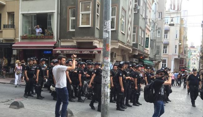 Vízágyúval és könnygázzal mentek neki a rendőrök a melegfelvonuláson résztvevőknek