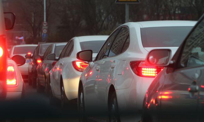 Hatalmas dugó az autópályán: több kilométeres a sor