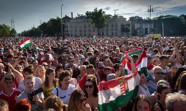 Bajnokként ünnepelték a hazatérő magyar válogatottat - képgaléria