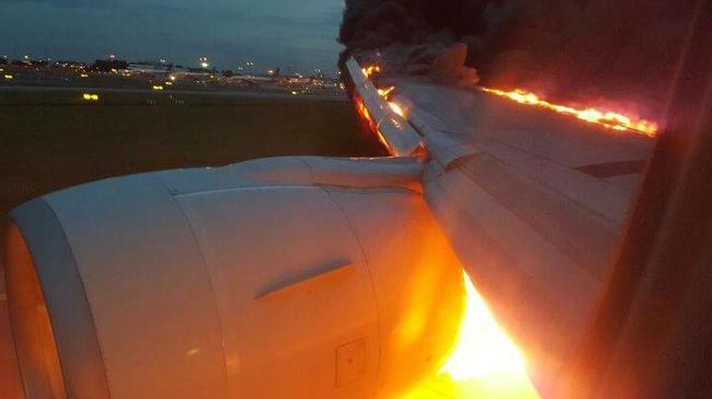Videó a kigyulladt repülőgépről - az utas belülről kamerázta a lángoló szárnyat