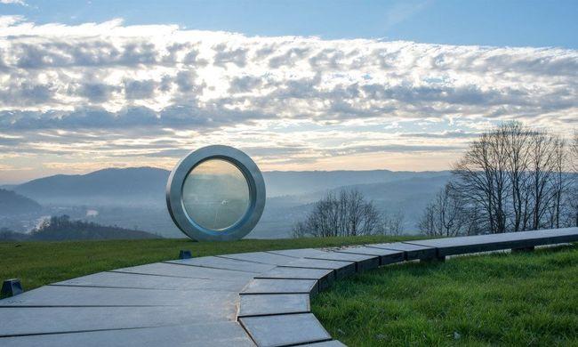 Hatalmas emlékművet kapott a délszláv háborúban agyonlőtt fotós