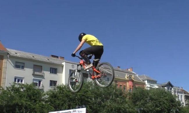 Vakmerő mutatványok, bringákkal repkedtek