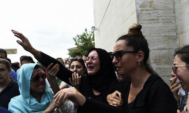Már temetik az isztambuli terrortámadás áldozatait - képek