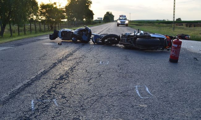 Két motoros csapódott a teherautóba: egyikük meghalt, másikuk életveszélyesen megsérült