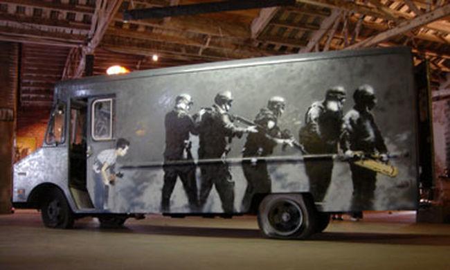 82,8 millió forintért kelt el a Banksy rajzaival díszített katonai jármű