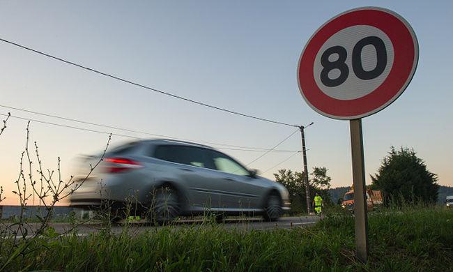 Kétszázzal száguldottak a kislányok az autópályán - ellopták nagyanyjuk kocsiját - videó