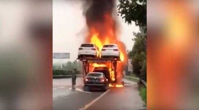 Nem ismer félelmet: letolatott a lángokban álló autószállítóról - videó