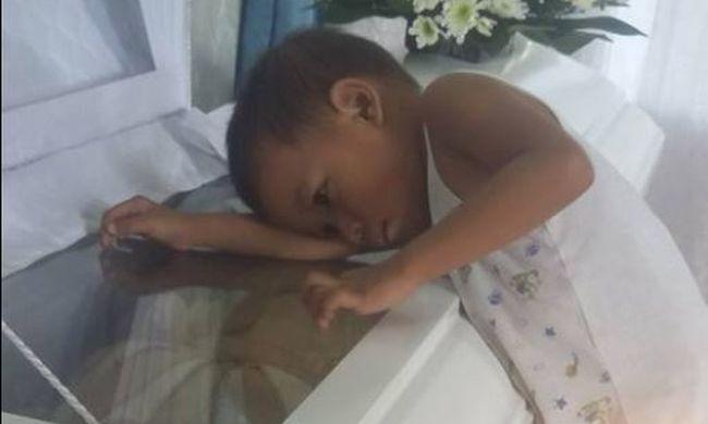 Szívszorító képek: a kisfiú még utoljára meg akarta ölelni halott édesanyját