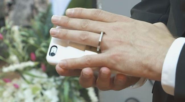 Szimbiózisban a technikával: összeházasodott a telefonjával