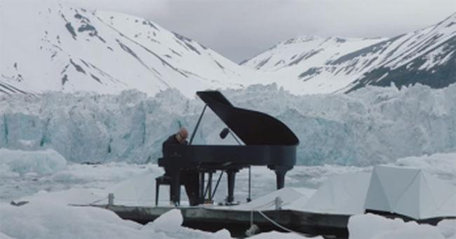 Jégtáblákon lépett fel, mert védeni akarja a Földet - videó