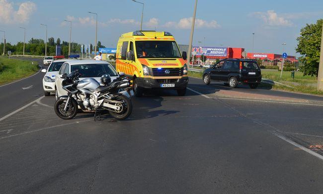 Súlyosan megsérült a motoros, akit elgázolt egy autó