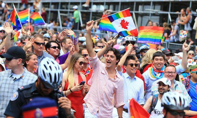 Lazacszínű ingben parádézott a kanadai kormányfő a melegfelvonuláson