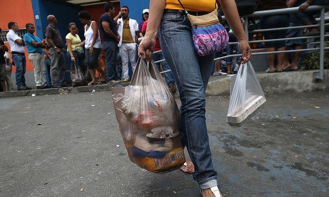 Akkora az éhínség Venezuelában, hogy a kukákat túrják az emberek