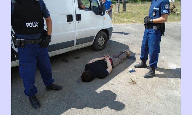 így fektették le a földre a kínai férfit a rendőrök, miután kábítószerültetvényt találtak