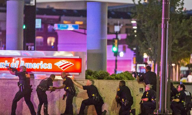 Káosz és anarchia Dallas belvárosában: orvlövészek nyitottak tüzet a rendőrökre 4 halott, 7 sérült