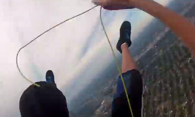 Videóra vette, ahogy a levegőben elveszti az ejtőernyőjét - videó