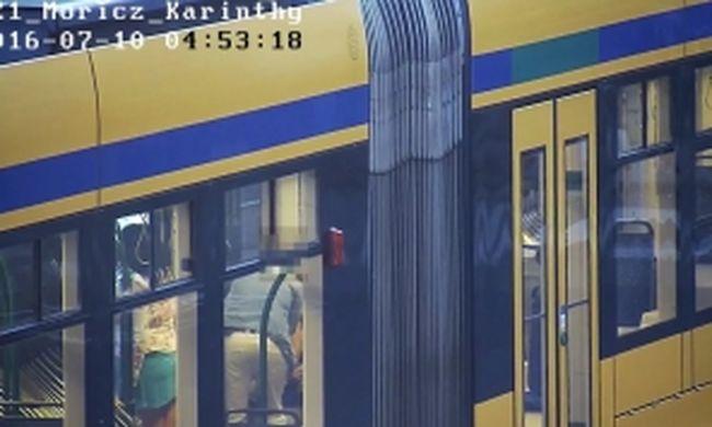 Elaludt hajnalban a 6-os villamoson, egyből kifosztották - videó