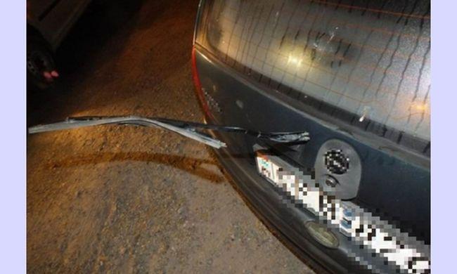 Szórakozásból letörte a kocsik visszapillantó tükrét